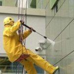 мытьё фасада промышленными альпинистами