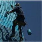 покраска фасада промышленными альпинистами