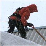 очистка кровли от снега промышленными альпинистами