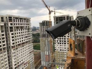 Установка видеокамер на башенном кране строительной площадки.