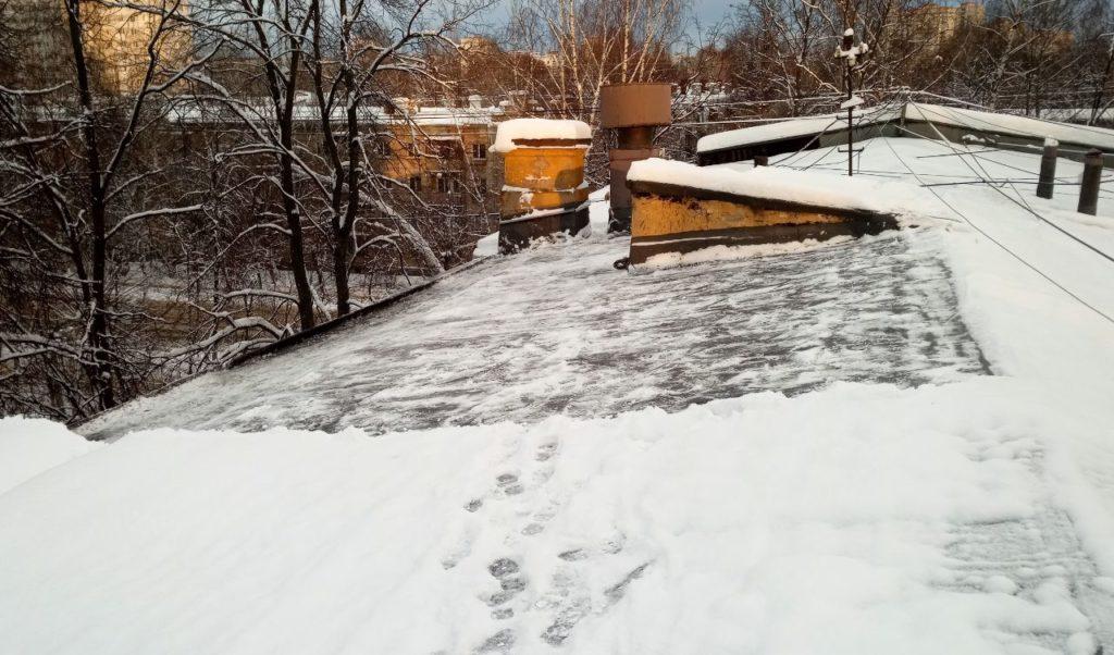 Чистка всей площади кровли от снега