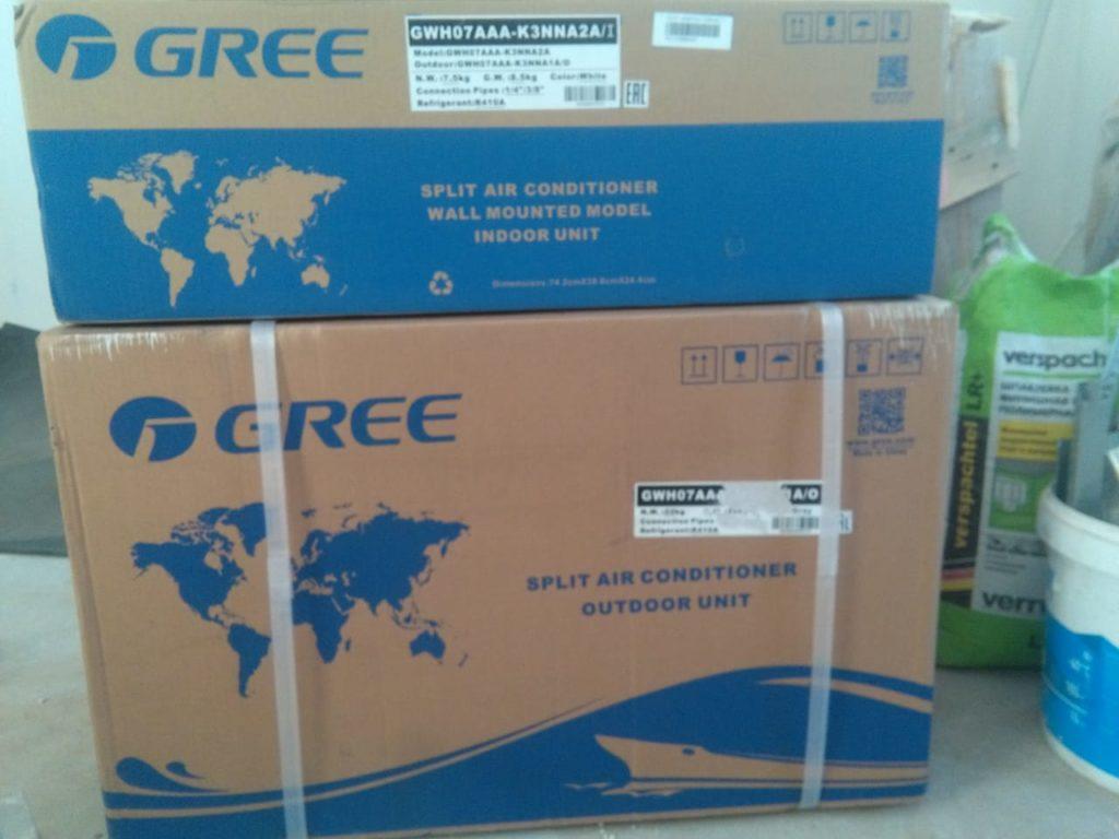 Внутрений и внешний блок Gree Bora в упаковке.